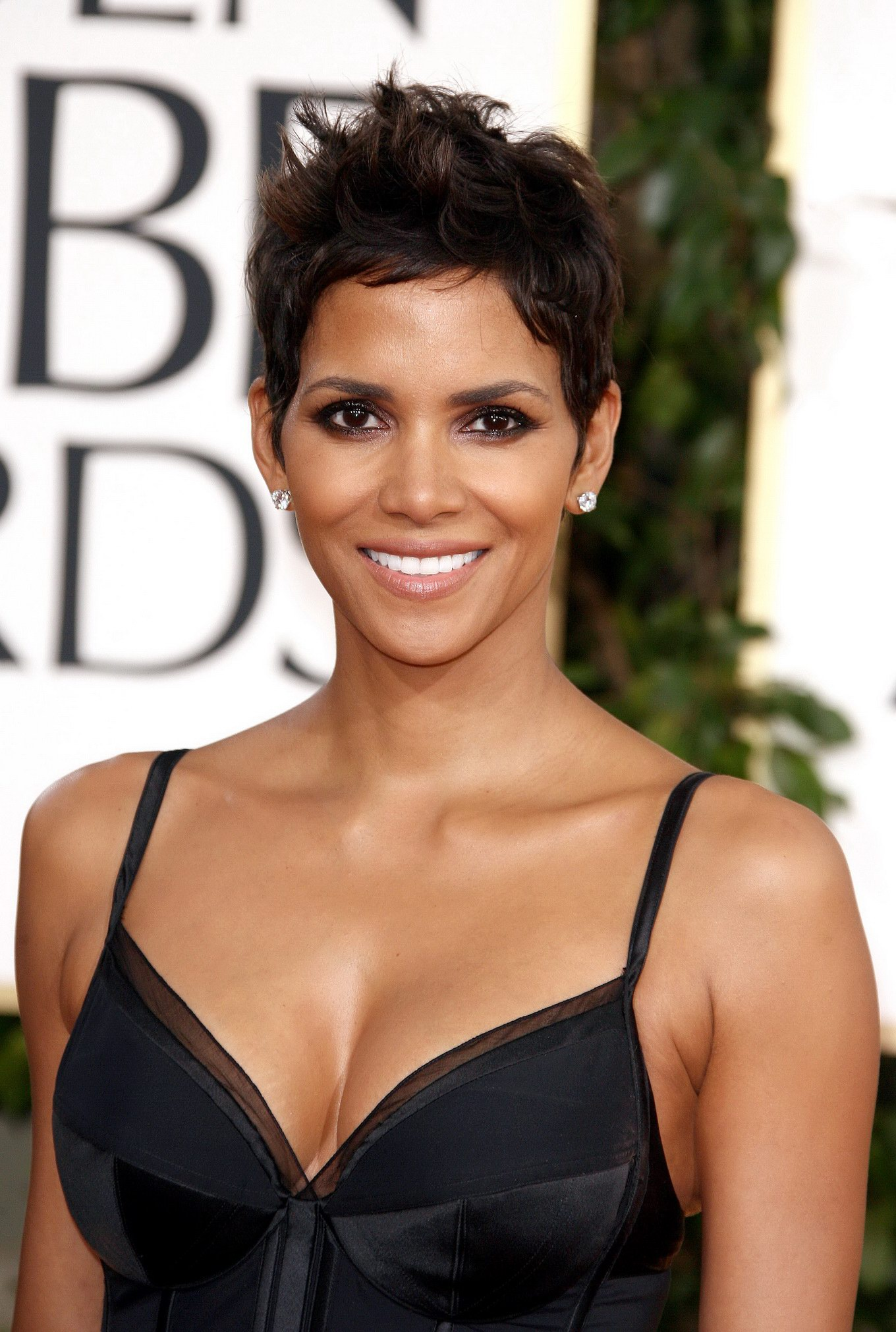 Halle Berry Cleavage nude 430